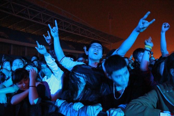Chương trình gần kết thúc nhưng các rockfan vẫn nhảy cuồng nhiệt không biết mệt mỏi.