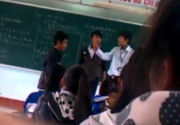 Clip thầy giáo tát học sinh bôm bốp, học sinh đánh trả ngay trên bục giảng 2