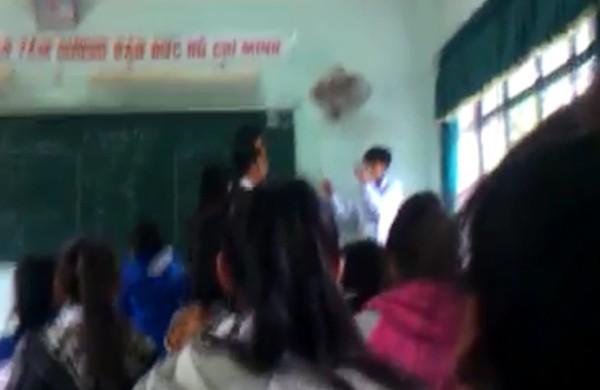 Clip thầy giáo tát học sinh bôm bốp, học sinh đánh trả ngay trên bục giảng 3