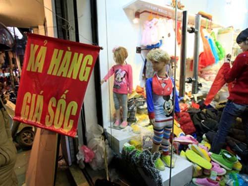 """Hơn 85% số cửa hàng kinh doanh quần áo treo biển """"sale off 50%"""", """"Thanh lý trả cửa hàng"""", """"Bán giá gốc"""".."""