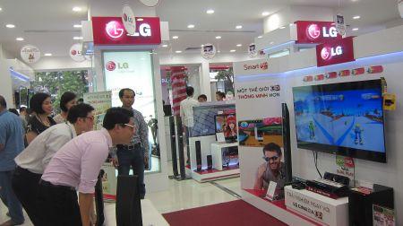 TV LED với chế độ 2 Dual Play cho phép hai người dùng chơi game thi đấu.