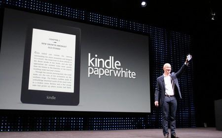 CEO Jeff Bezos trình làng Kindle Paperwhite tại sự kiện của Amazon