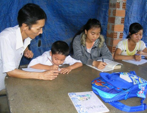 Người thầy tật nguyềnngày 2 buổi lên lớp dạy cho trẻ em nghèo.
