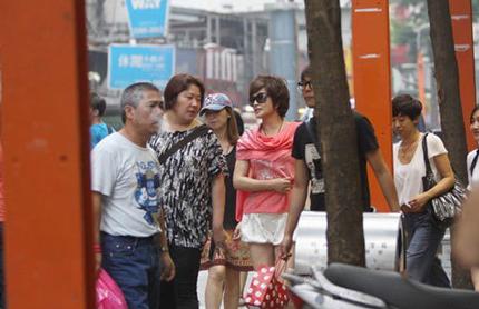 Mỹ nhân 61 tuổi Lưu Hiểu Khánh diện quần shor trẻ trung đi dạo phố