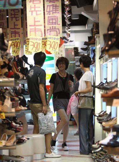 Ngôi sao 61 tuổi còn chọn mua một đôi giày thể thao để kếp hợp ăn ý với váy ngắn trẻ trung.