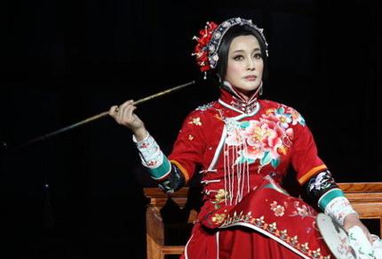 Lưu Hiểu Khánh vào vai một phụ nữ đôi mươi trên sân khấu kịch.