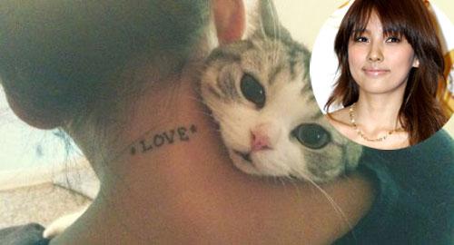 """Cô ca sĩ Lee Hyori với chữ """"Love"""" trên cổ."""