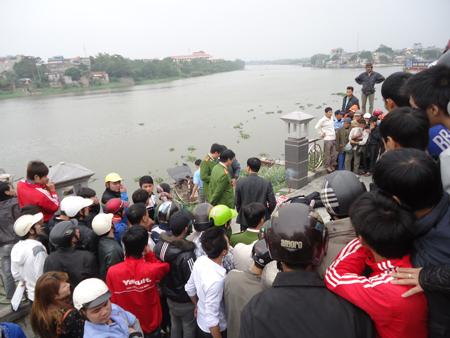 Người dân tập trung rất đông tại nơi phát hiện xác chết