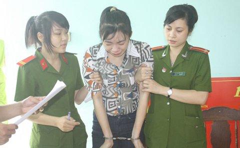 """Người đẹp chân dài vợ của """"siêu trộm"""" Đặng Ngọc Tân bị công an bắt tạm giam vào chiều hôm qua (5-12) - Ảnh: Báo Đà Nẵng)"""
