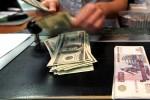 Dân Nga ồ ạt đổi tiền, ngân hàng cạn ngoại tệ