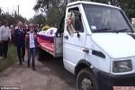 Dùng xe tải chở quan tài người khổng lồ ra nghĩa địa