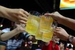 Người Việt uống bia: Bộ hạn chế, địa phương khuyến khích?