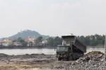 Dân mất ăn mất ngủ vì sà lan đổ đất đá lấp sông Đồng Nai