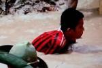 Xót xa cảnh trẻ em lặn ngụp mò quặng thiếc để sản xuất iPhone
