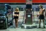 Nữ người mẫu khỏa thân phản đối giá xăng tăng